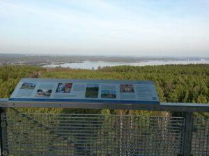 Informationstafeln mit Erläuterungen auf der Aussichtsplattform auf dem Wietkiekenberg