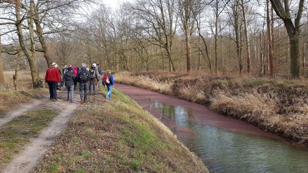 Wandergruppe am Berliner Kanal