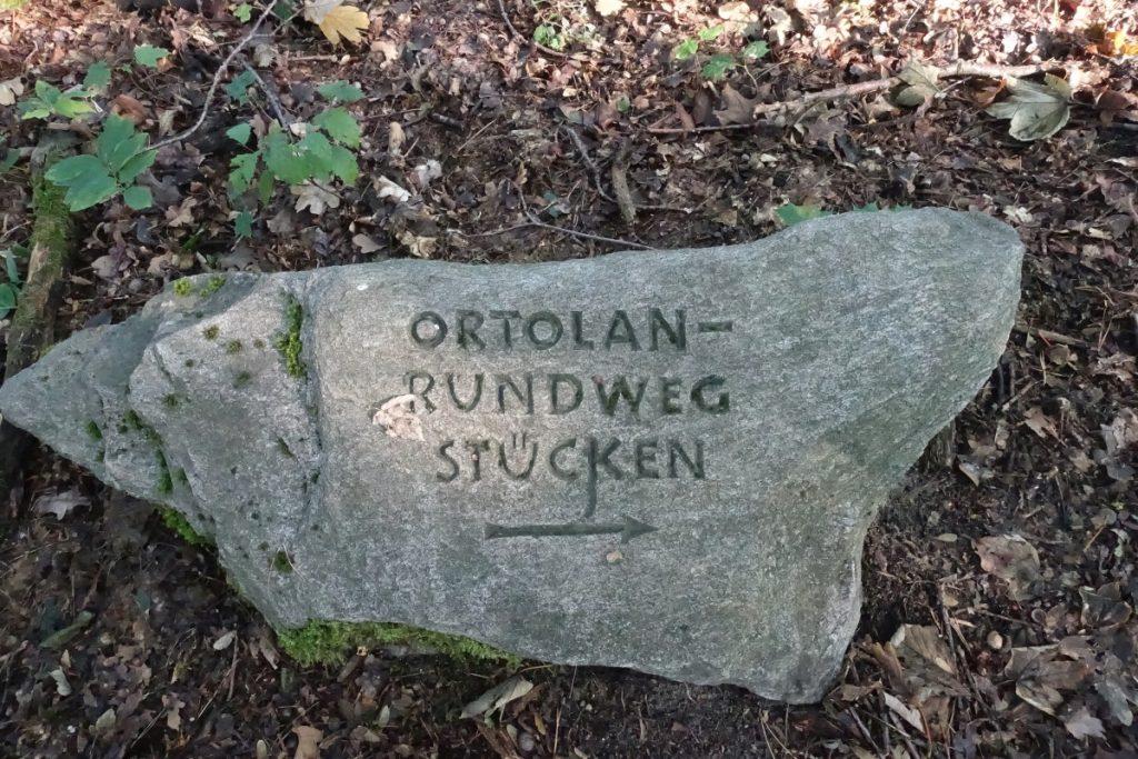 Findling mit Aufschrift Ortolan-Rundweg Stücken
