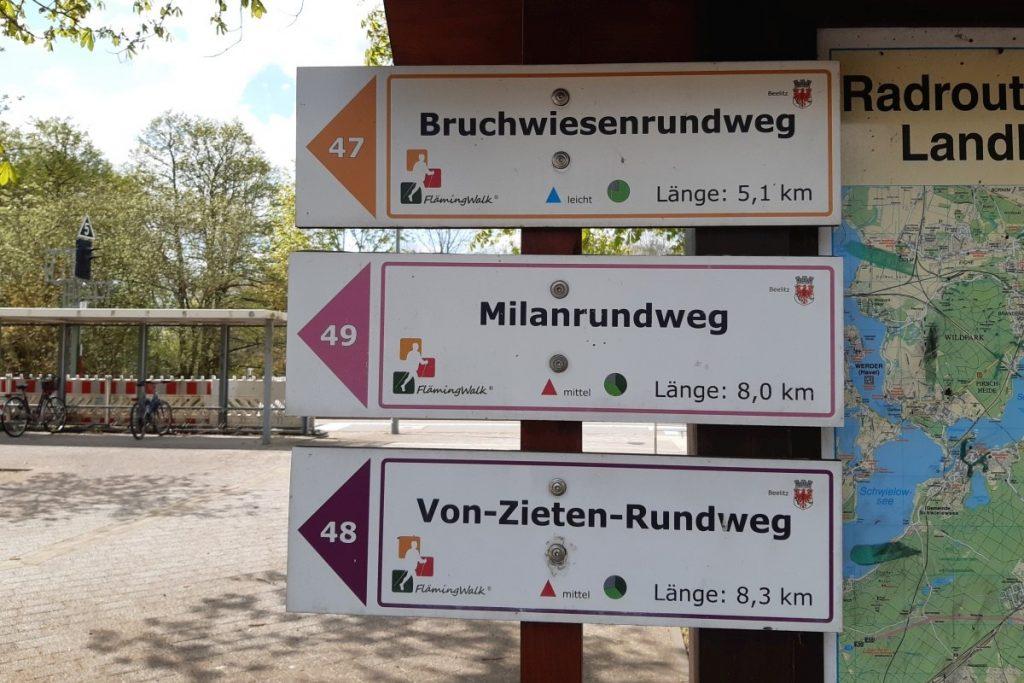 Wanderwegweiser am Bahnhof Beelitz-Stadt